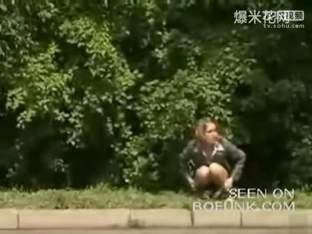 美女被尿憋急了 这视频真是太搞笑了
