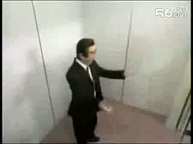 美女电梯内脱衣恶搞色狼