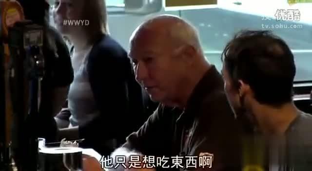 当你看到流浪汉被店家赶出餐厅, 正在用餐的你会怎样做?最后的老人……戳到泪点了。老人一哭 我也哭了。