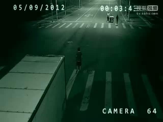 监拍车祸现场灵异一幕 疑发光鬼魂闪过救人