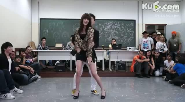 校园派对性感热舞 男生揩油示爱美女老师