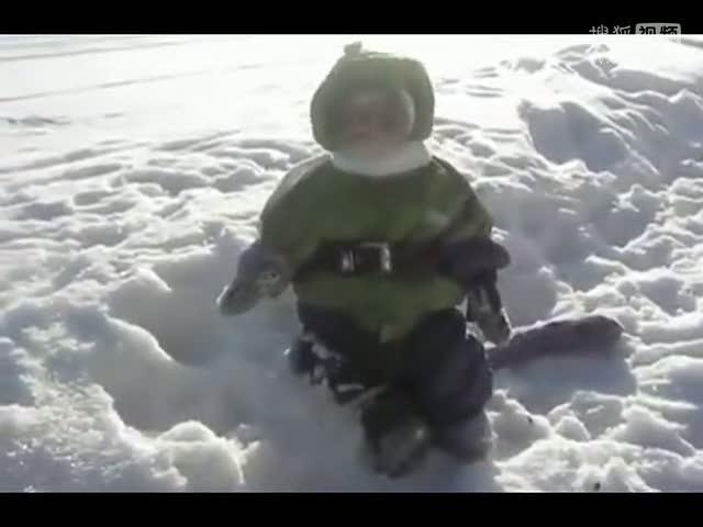 冬天里穿着衣服的猴子