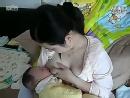 美女性感 伟大的母亲给小孩 吃奶!
