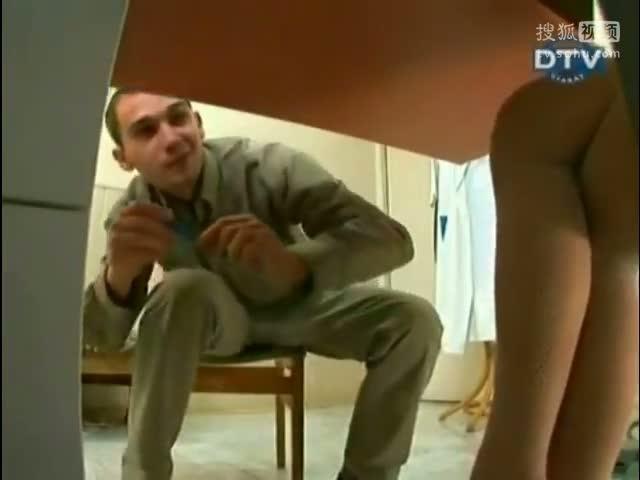 国外搞笑视频 性感美女护士桌下恶搞患者