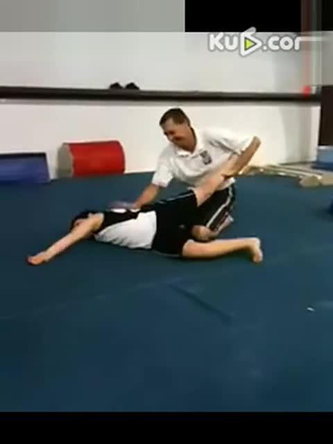 痛苦柔术训练 女孩在家痛苦柔术训练 痛苦的柔术训练故事图片