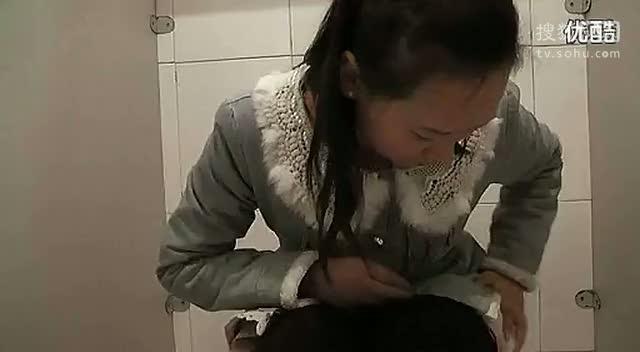 美女上厕所没带纸怎么办?