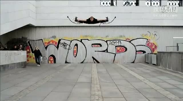 """威武!""""弹簧腿""""超人街头飞跃比基尼美女,感觉好可怕!哥在用绳命玩酷!!"""